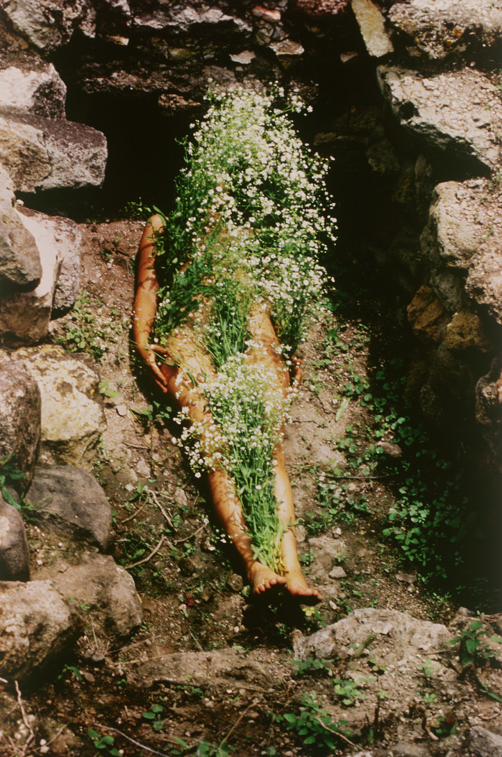 Ana Mendieta, bez tytułu, Silueta Series, 1973 r., Meksyk/zdjęcia: © The Estate of Ana Mendieta Collection, LLC; dzięki uprzejmości Galerie Lelong & Co., Nowy Jork